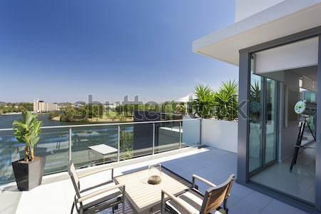 Aantrekkelijk paar balkon luxueus penthouse hemel Stockfoto © epstock