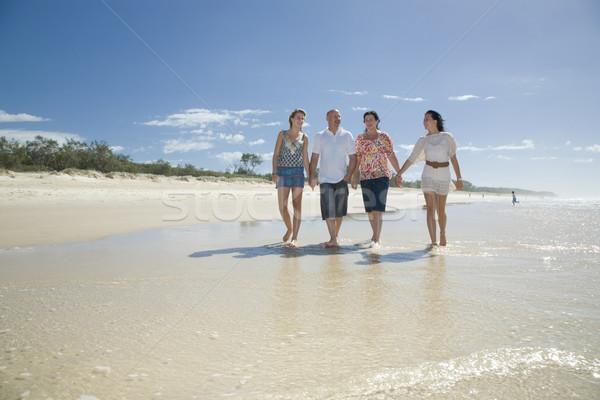 Foto stock: Familia · caminando · playa · tomados · de · las · manos · ninos · feliz