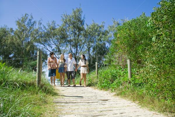 Foto stock: Familia · caminando · playa · hablar · agua · ninos
