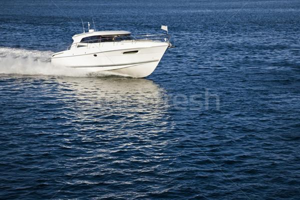 Fehér motorcsónak vitorlázik higgadt víz kép Stock fotó © epstock