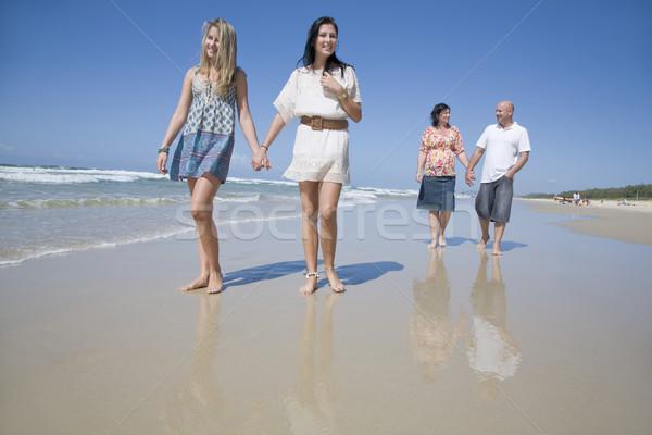 Família caminhada praia de mãos dadas crianças feliz Foto stock © epstock