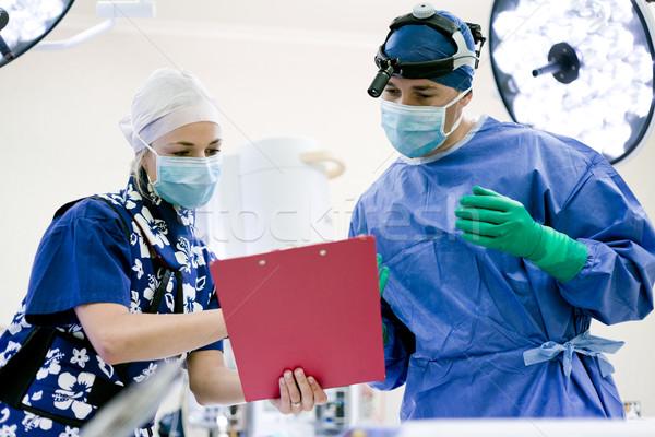 Foto stock: Cirujano · enfermera · teatro · mirando · tabla · médico