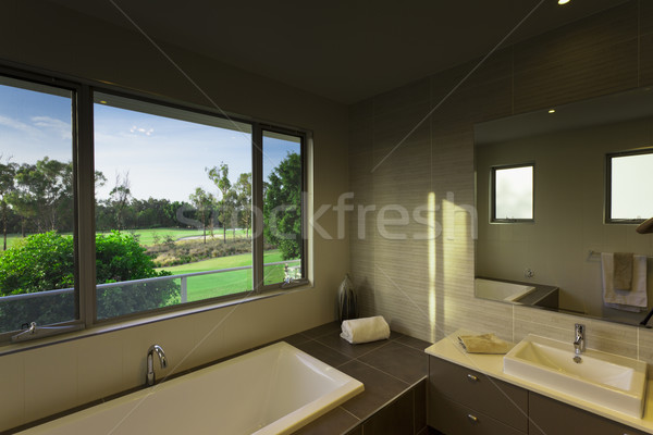 Moderne badkamer naar golfbaan landschap bad Stockfoto © epstock