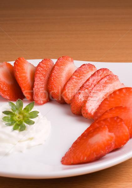 Truskawki krem truskawek biały tablicy wiosną Zdjęcia stock © ErickN