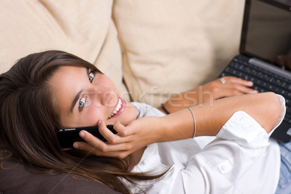 Cute jeune femme parler téléphone internet Photo stock © ErickN