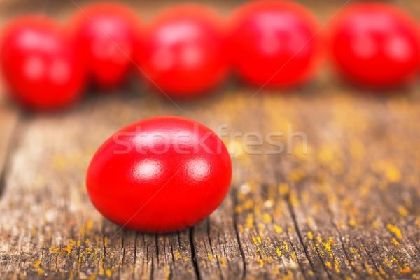 Piros színes tojás festett húsvéti tojás rusztikus fa deszka Stock fotó © erierika