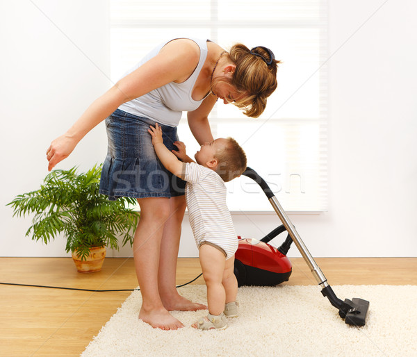 Pequeno menino choro para cima mãe limpeza Foto stock © erierika