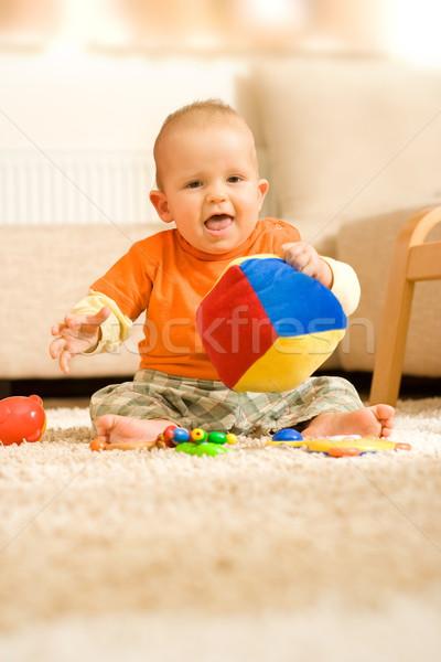 Baby jongen vergadering grond spelen kubus stockfoto ilka erika szasz fabian - Ruimte jongensbaby ...
