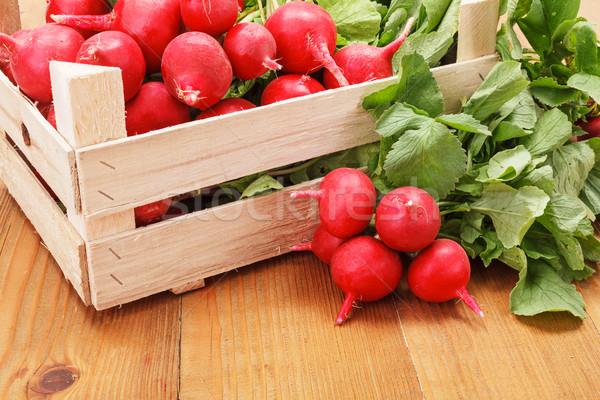 Makro świeże czerwony rzodkiewka skrzynia warzyw Zdjęcia stock © erierika