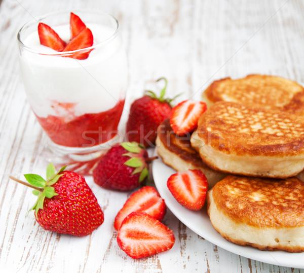 Vers aardbeien pannenkoeken yoghurt heerlijk brunch Stockfoto © Es75