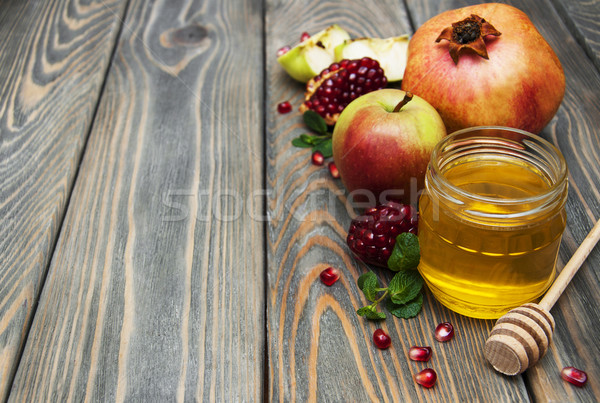 Bal elma nar ahşap masa yeşil plaka Stok fotoğraf © Es75