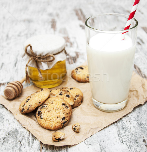 Chocolate chip cookie and glass of milk Stock photo © Es75