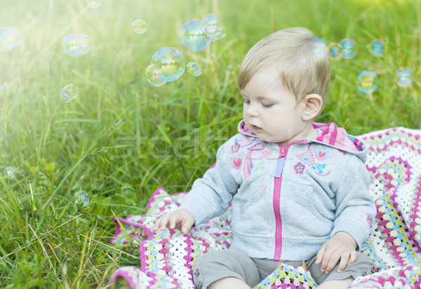 Blazen bubbels cute meisje park kinderen Stockfoto © Es75