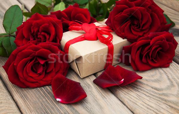 Stock foto: Rote · Rosen · Geschenkbox · Holz · Blumen · stieg · Herz
