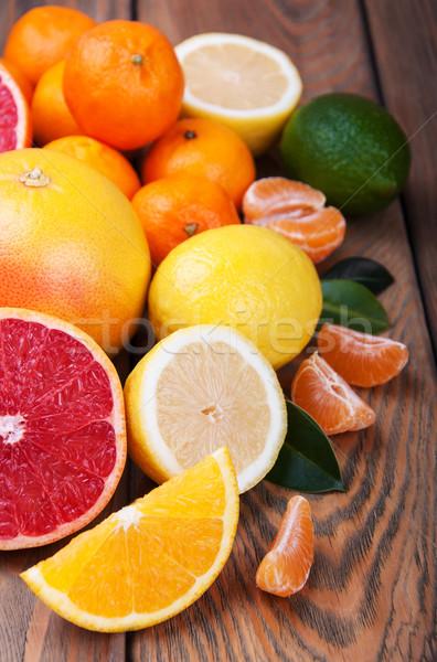 Frescos agrios frutas edad mesa de madera alimentos Foto stock © Es75