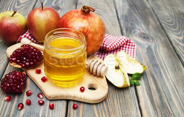 Mel maçã romã mesa de madeira verde prato Foto stock © Es75