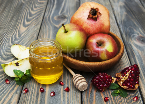 Méz alma gránátalma fa asztal zöld tányér Stock fotó © Es75