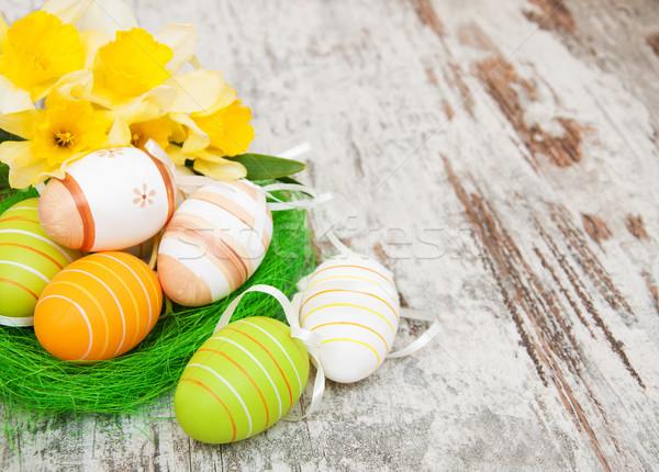Húsvéti tojások fészek virágok nárcisz öreg fából készült Stock fotó © Es75