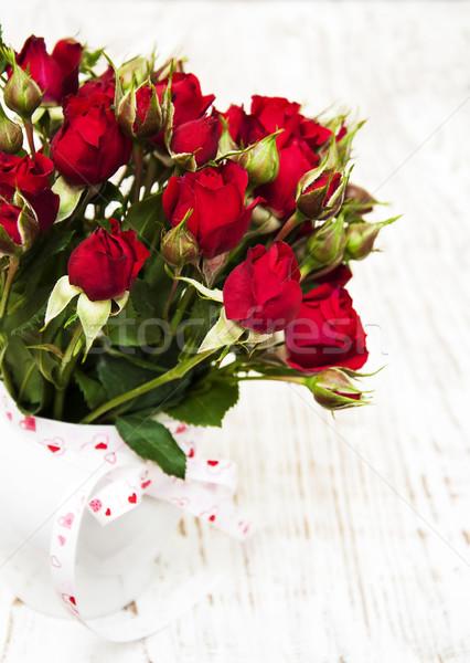 Vörös rózsák váza fehér fából készült esküvő szeretet Stock fotó © Es75
