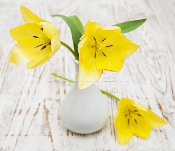 Giallo tulipani vaso bianco bella tavolo in legno Foto d'archivio © Es75