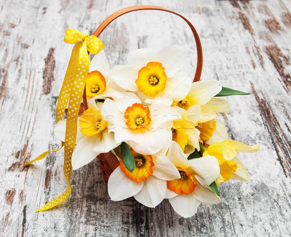Cesta narcisos abrótea flores velho Foto stock © Es75