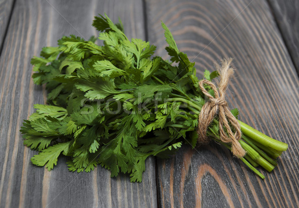Fraîches vert coriandre bois alimentaire fond Photo stock © Es75
