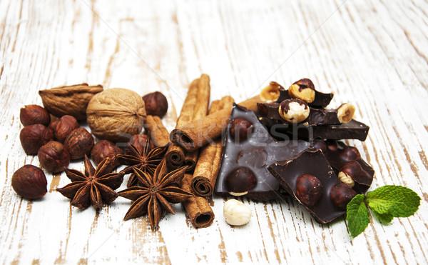 Stok fotoğraf: Koyu · çikolata · fındık · baharatlar · ahşap · gıda · çikolata