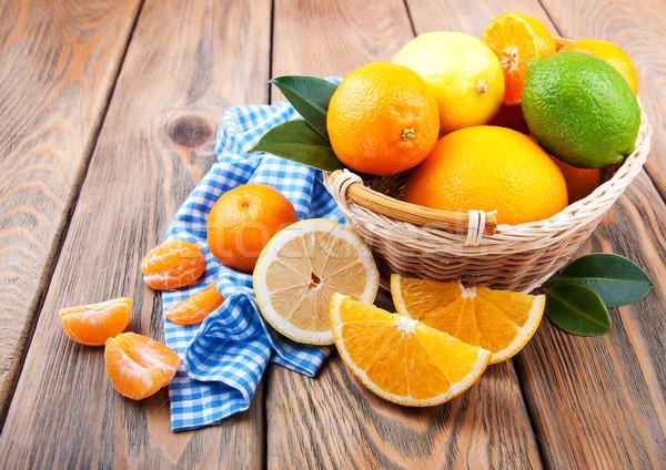 Vers citrus vruchten oude houten tafel voedsel Stockfoto © Es75