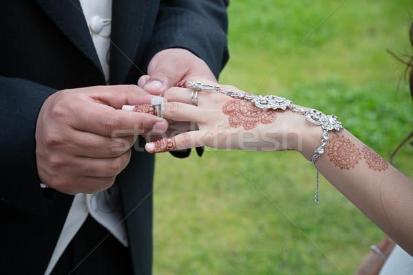 Gyűrű vőlegény menyasszonyok jegygyűrű kezek férfi Stock fotó © esatphotography