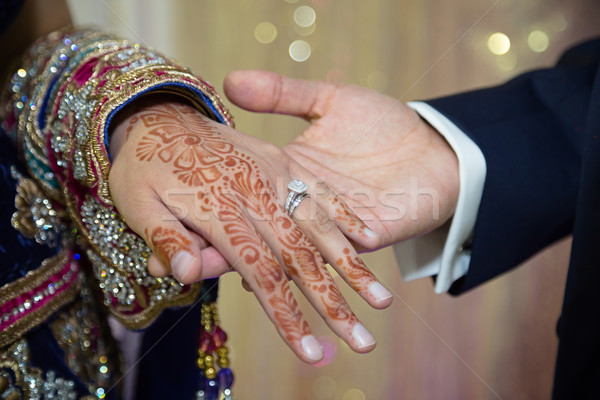 Tonen ring bruidegom bruiden ringen hand Stockfoto © esatphotography