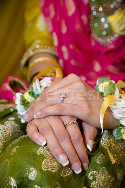 Bruiden handen tonen trouwring hand bruiloft Stockfoto © esatphotography
