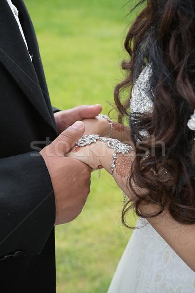 Pár pillanat menyasszony vőlegény kéz a kézben ékszerek Stock fotó © esatphotography