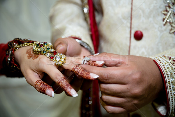 Ring bruidegom bruiden vrouw bruiloft vrouwen Stockfoto © esatphotography