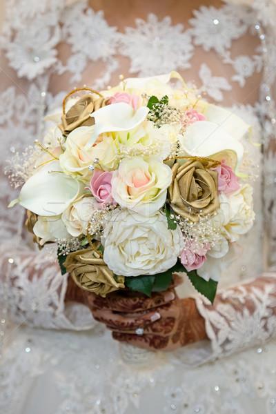 Menyasszony tart virágcsokor virágok fehér Stock fotó © esatphotography