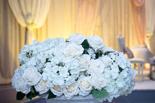 Virágok rózsák fehér ünneplés kirakat menyasszonyi Stock fotó © esatphotography