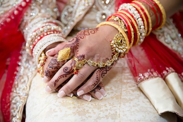 Henna kezek menyasszonyok mutat ékszerek kéz Stock fotó © esatphotography