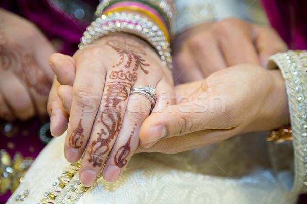 Bruiden ringen tonen ring hand bruiloft Stockfoto © esatphotography