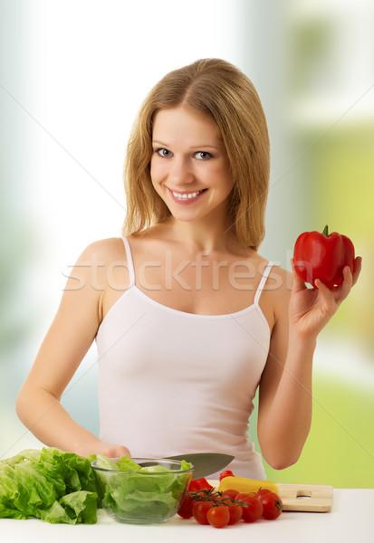 Foto stock: Niña · feliz · comida · vegetariana · hortalizas · cocina · diversión · feliz