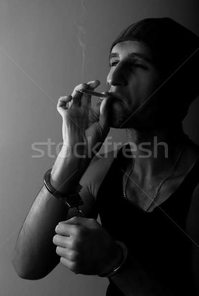Złe człowiek kajdanki papierosów portret strony Zdjęcia stock © evgenyatamanenko