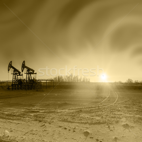 Olajfúró torony csoport olaj naplemente égbolt gép Stock fotó © EvgenyBashta
