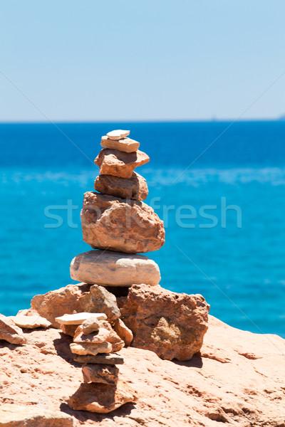 Kiegyensúlyozott kövek kavicsok kék tenger tengerpart Stock fotó © EwaStudio