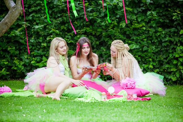 Groep mooie vrouwelijke vrienden glimlachend team Stockfoto © EwaStudio