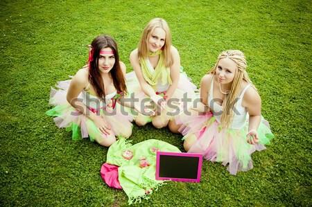 группа красивой женщины друзей улыбаясь три Сток-фото © EwaStudio