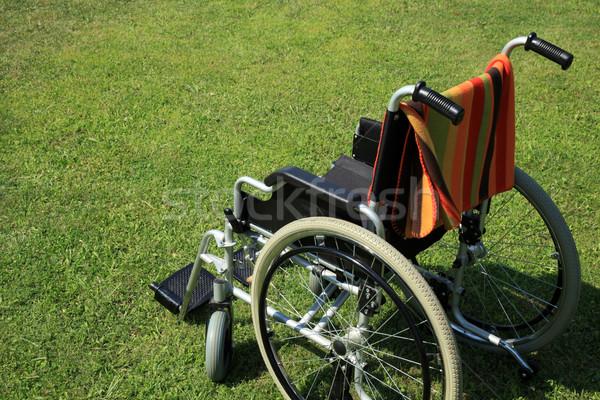 Silla de ruedas vacío hierba verde jardín hospital rueda Foto stock © exile7