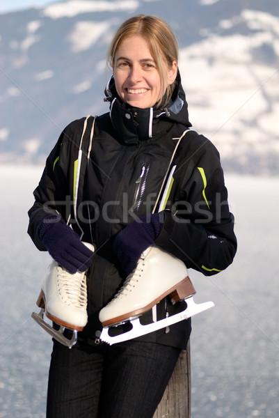 Mujer patinaje sobre hielo mujer bonita congelado lago mujeres Foto stock © fahrner