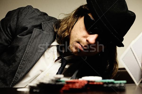Adam şapka gözlük oynama yeraltı poker Stok fotoğraf © fahrner