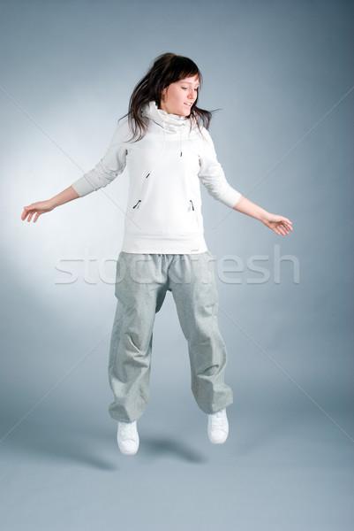 Modern stílusú táncos pózol szürke fitnessz ugrás Stock fotó © fanfo
