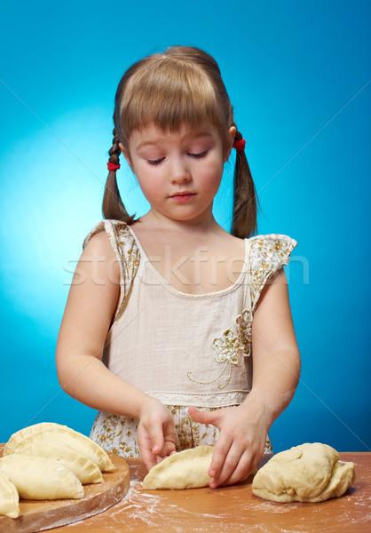 Kislány dagasztás mosolyog konyha sütés pite Stock fotó © fanfo