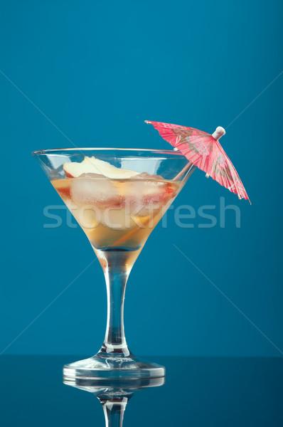 Kozmopolit kokteyl içmek mavi buz gözlük Stok fotoğraf © fanfo