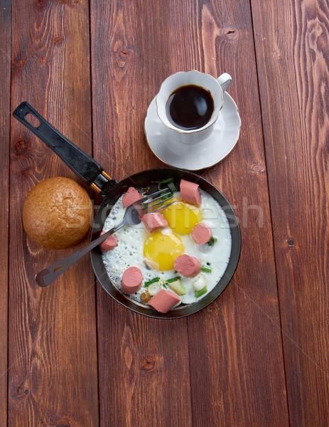 Frito huevos salchichas taza café desayuno Foto stock © fanfo